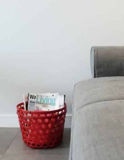 MIeszkanie na wynajem - detal kanapy i kosza na magazyny